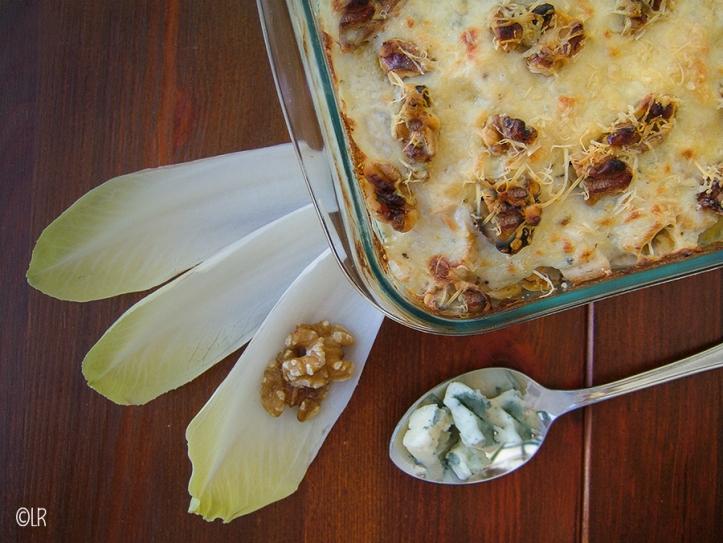 Ovenschotel witlof met gerookte kip, walnoten en gorgonzola