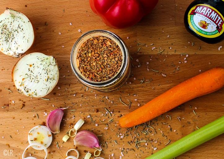 Tussen de verse ingrediënten en de Marmite staat een volle pot met eigengemaakte groentebouillonpoeder.