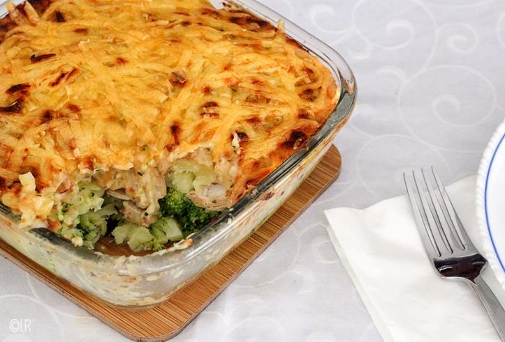 Ovenschotel zoals vroeger met broccoli, gerookte kip en aardappelschijfjes overgoten met een alternatieve 'aardappel anders' saus.