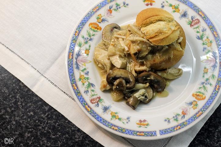 Broodje rijk gevuld met kippenragout met stukjes champignon.