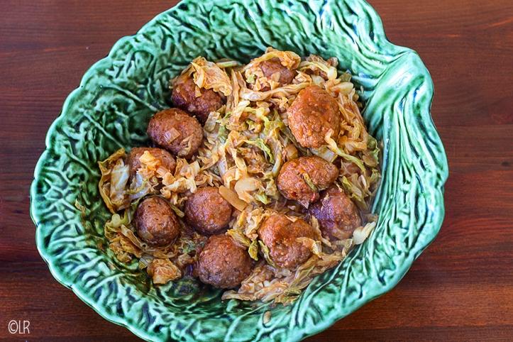 In een traditionele schotel uit Caldas da Rainha in de vorm van een Savooiekoolblad het bovengenoemde gerecht.