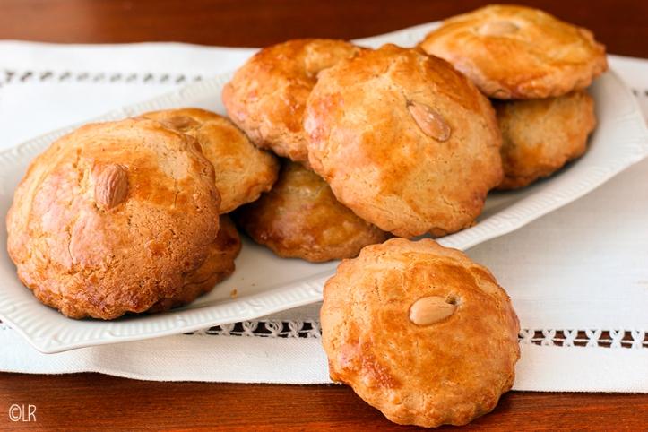 Schaaltje met kleine gevulde koeken, vers uit de oven.