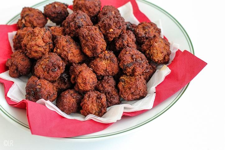 Bordje met rood en wit servet en een flinke portie pittige gehaktballetjes als borrelsnack.