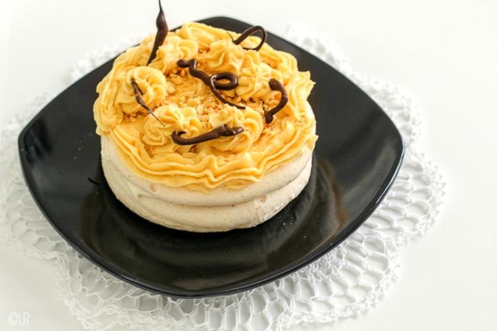 Twee lagen amandelschuimgebak, een laagje advocaatroom en heerlijke salted caramel botercrème, versierd met chocolade.