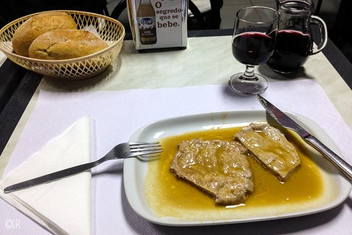 Lekker in knoflook en wijn gemarineerd dun lapje varkensvlees met veel jus om te deppen!