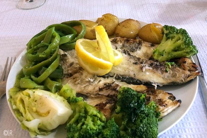 Heerlijk gegrilde vis met aardappeltjes uit de oven en groene gekookte groenten.