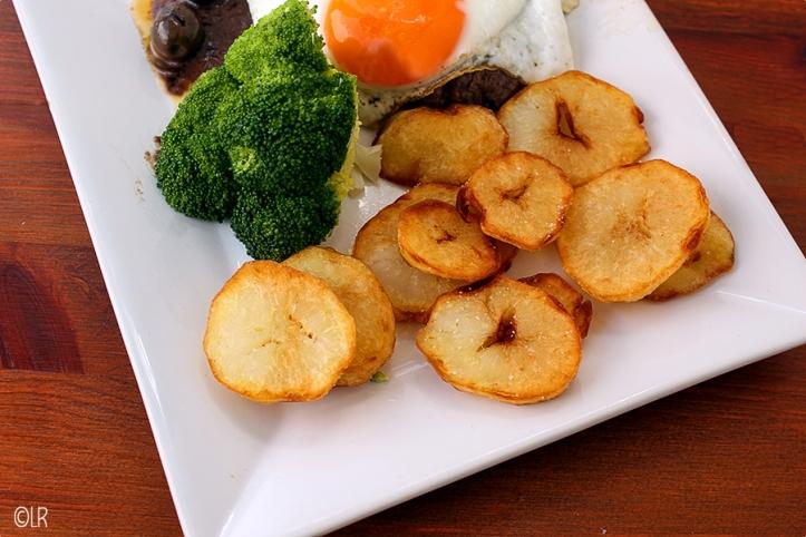 Gefrituurde aardappelschijfjes van gekookte aardappel.