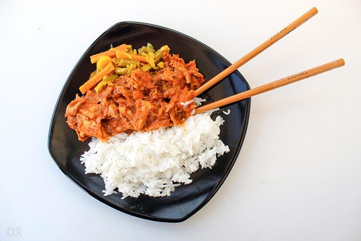Kip in zoetzure gembersaus met witte rijst en atjar tjampoer.